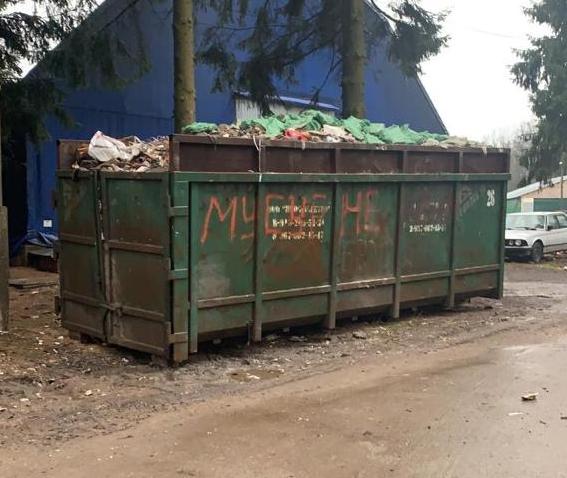 вывоз мусора со строй площадки - на фото контейнер с мусором
