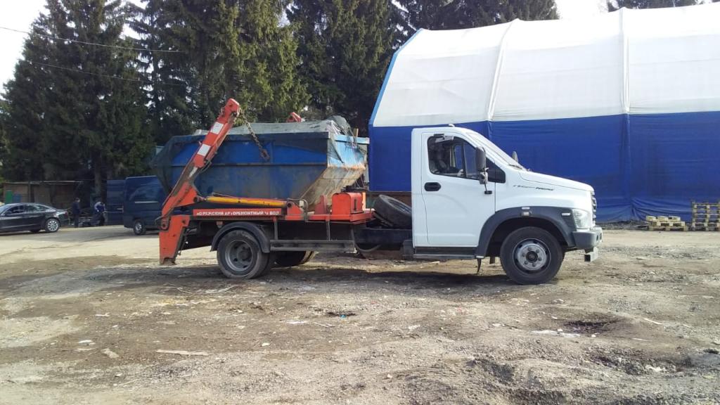 на фото газель вывозит строительный мусор